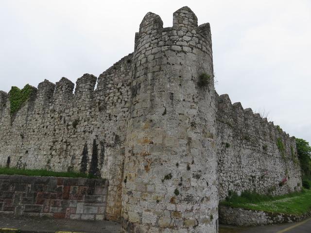 Llanes conserva bastante bien sus murallas. Aquí un ejemplo.