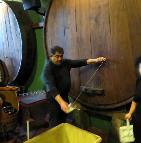 Un experto nos explicó como escanciar la sidra. El vaso muy lejos y hay que echar en el mismo tan solo lo que te puedas beber de un trago.