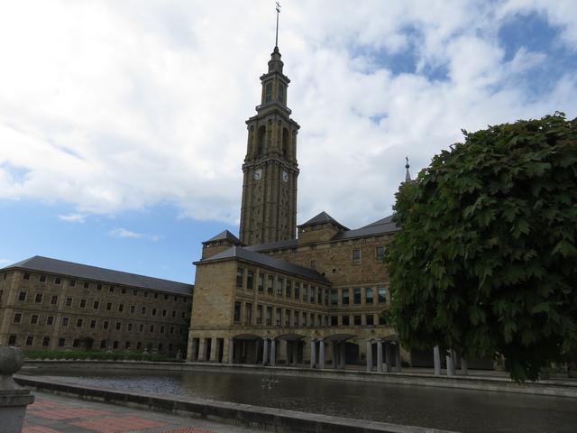 La universidad vista de lejos. Para hacernos una idea de su tamaño gigantesco, un detalle nos puede ayudar: donde está el reloj de la torre cabe un autobús.