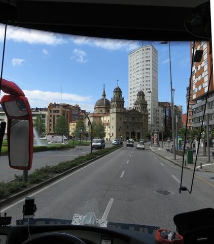 Desde el autobús, al fondo la iglesia de San José.