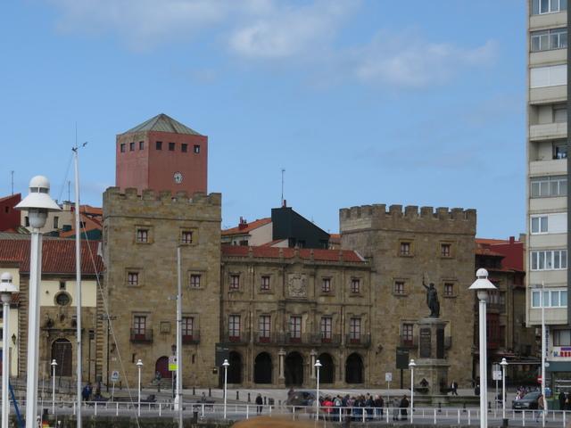 Nuestra siguiente parada, ya a pié, fue en el puerto y desde allí vimos el palacio fortificado de Revilla Gigedo.