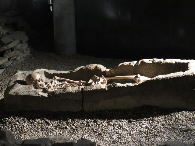 Sarcófago en las termas romanas.