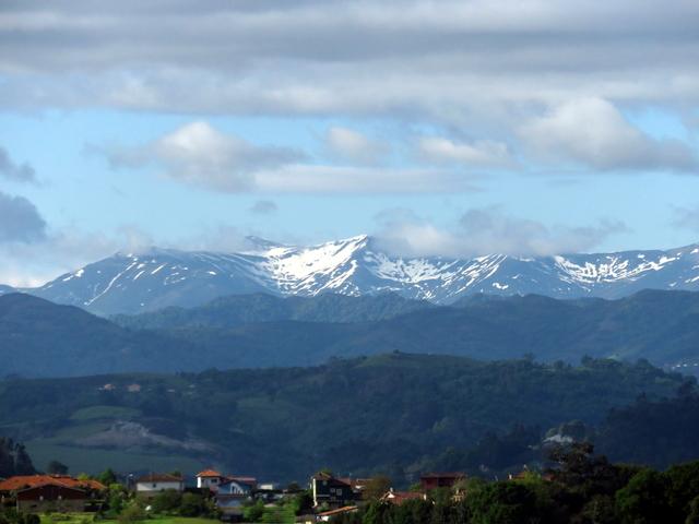 Montes que se ven desde la carretera. Observen ña nieve a pesar de que estamos a mediados de mayo.