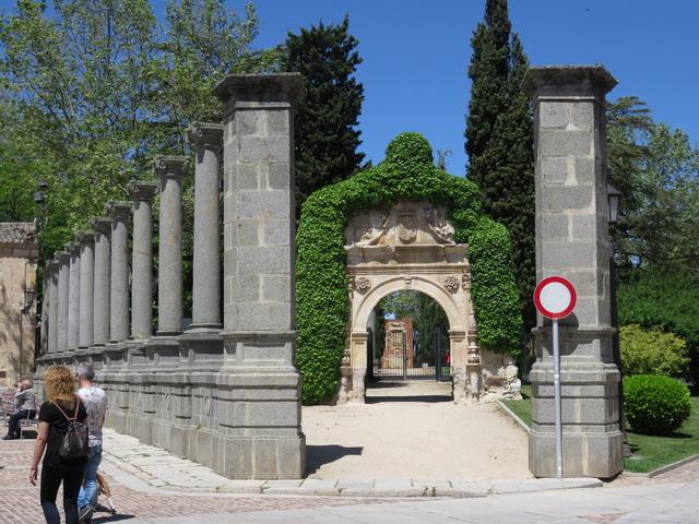 Puerta de entrada al palacio xxx. Lo único que queda es la puerta.