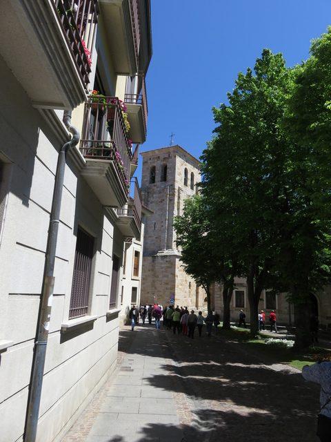 Nuestro grupo caminando hacia la iglesia de San Ildefonso.