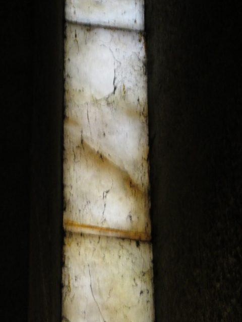 Ventana de alabastro. La que está encima del Cristo.