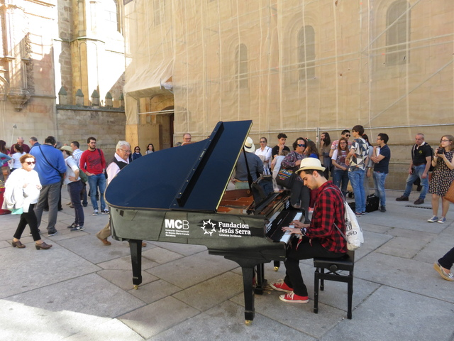 Pianista dando un concierto en la calle.
