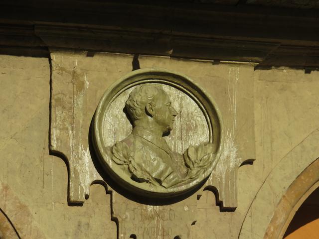 Debajo del medallón pone Franco.