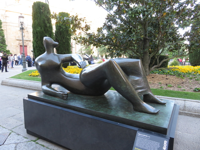 Escultura de Henry Moore expuesta al aire libre.
