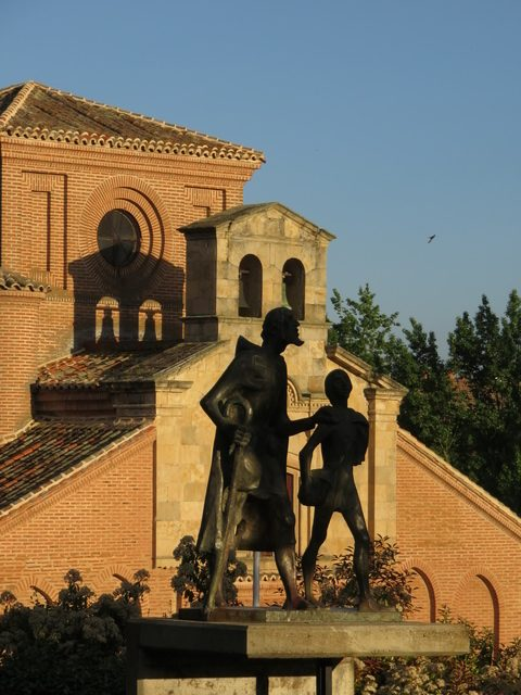 la escultura del Lazarillo de Tormes con otra luz.