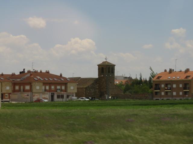 """Iglesia al lado de un restaurante que se llama """"el mirador""""."""