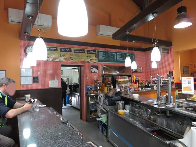 El aspecto del bar es el típico de una estación.