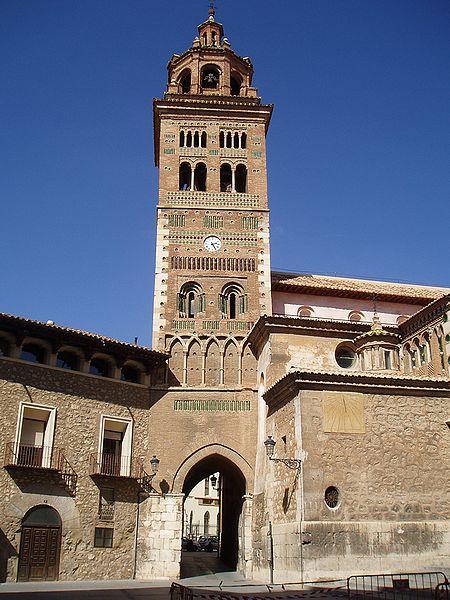Torre de la catedral de Tertuel. La foto ha sido tomada por AdelosRM y yo la he recogido de Wikimedia. Gracias a AdelosRM y a Wikimedia por permitirme usarla.