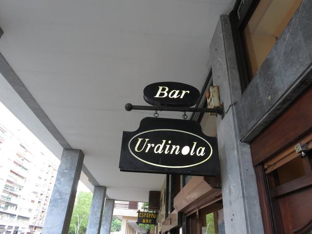 En primer plano el letrero de Urdinola, al fondo, con letras amarillas, nos muestra el Esparru.