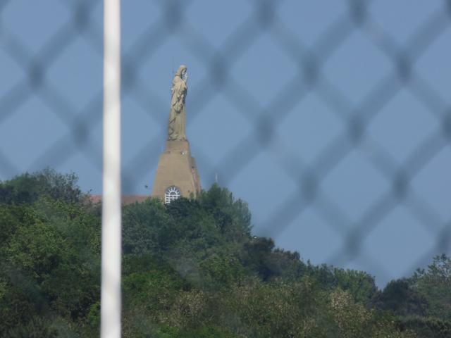 El Cristo de San Sebastián visto desde detrásde las vallas del tenis.
