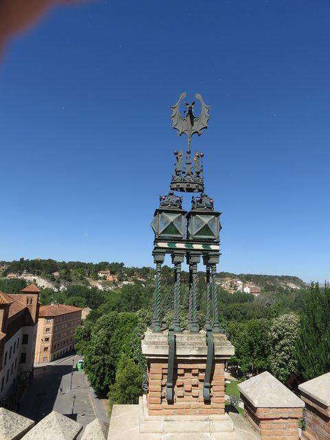 A un lado de la torre.