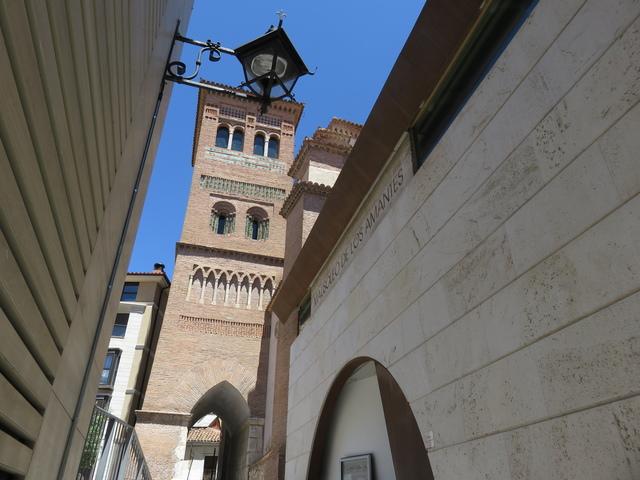El Mausoleo, a la izquierda, está al lado de la torre de San Martín