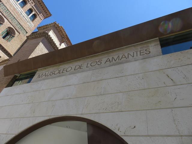 Entrada al mausoleo viendo la Torre