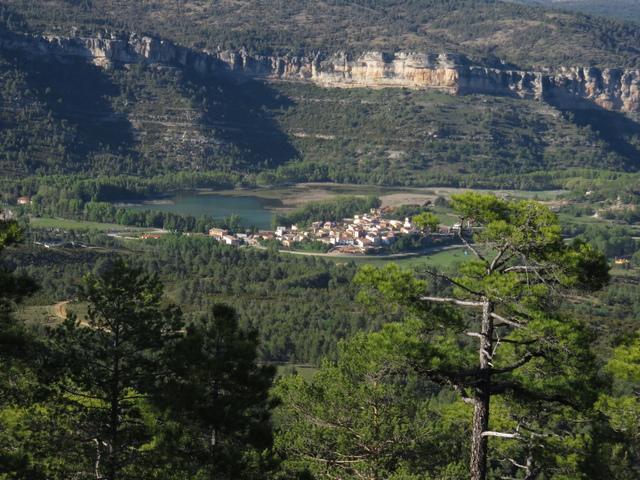 El pueblo y laguna de Oña.