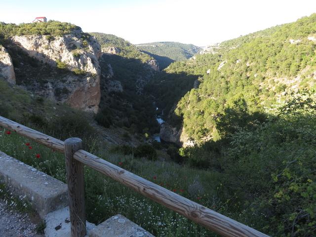 Acercándonos al Ventano vemos el río Júcar abajo, muy abajo...