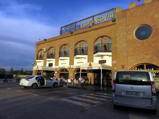 Entrada al hotel Alfonso VIII y el parking