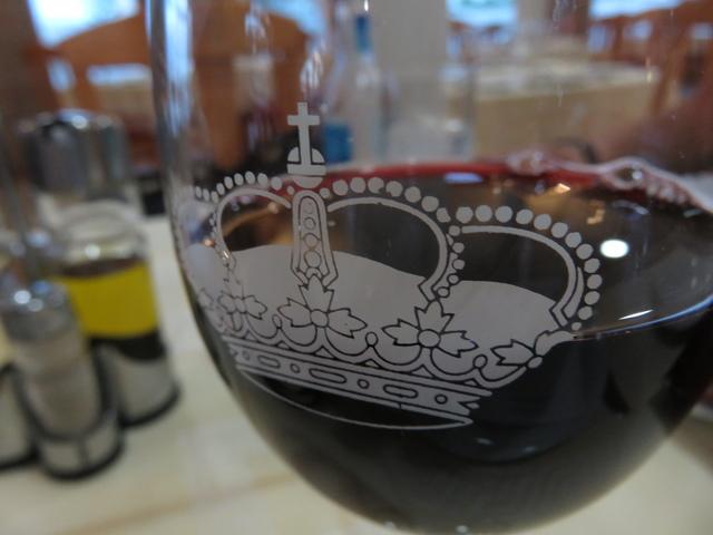 Copa de tinto de Rioja con la copa con el escudo del hotel