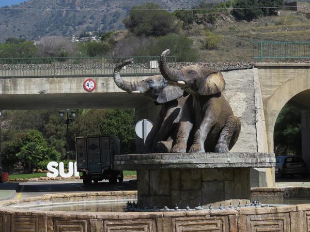 Escultura de elefantes en una rotonda