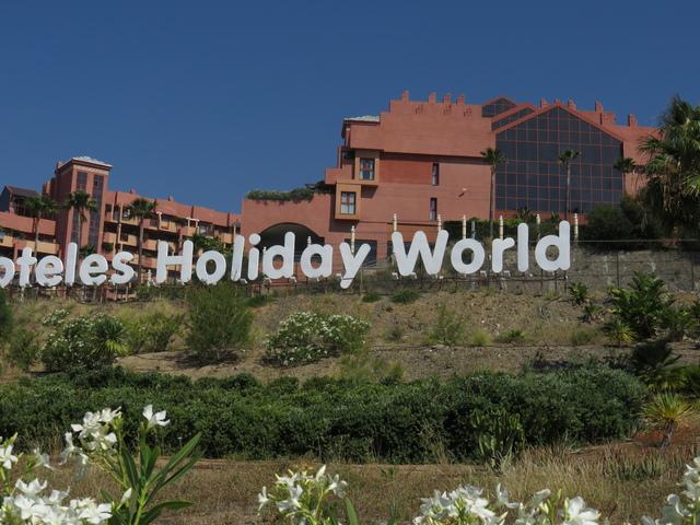 El cartel de los hoteles que se ve desde la carretera