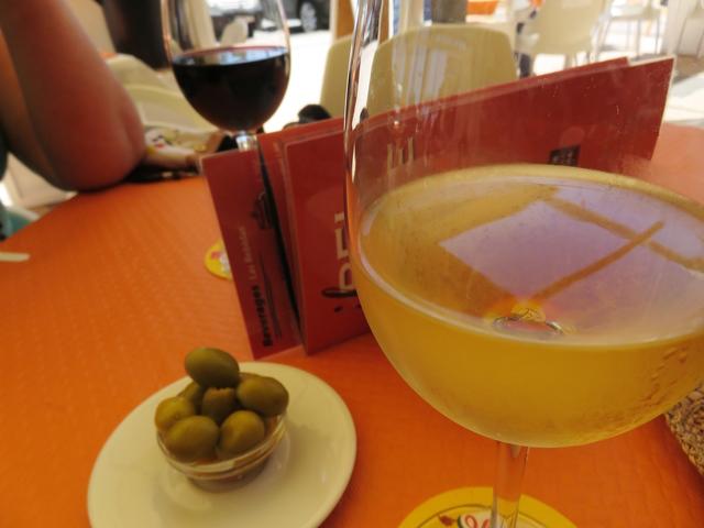 Un vino blanco siciliano, acompañado de unas aceitunas.