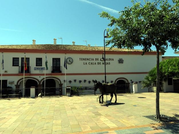 Tenencia de Alcaldía con la escultura del burrito enfrente.