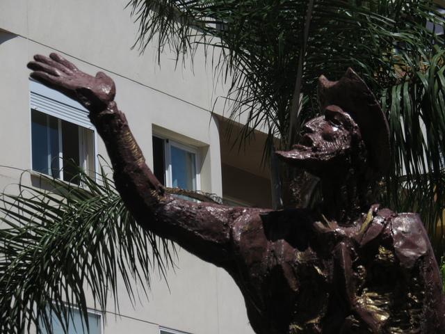 El soñador de letras. Escultura en fibra de vidrio, poliester y aluminio de Aurelio Teno (2004)