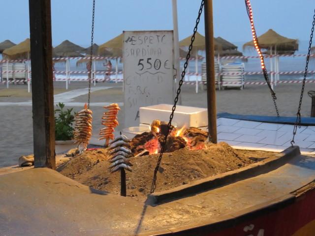 Un chiringuito en la playa nos ofrece espetos de sardinas a 5,50€.