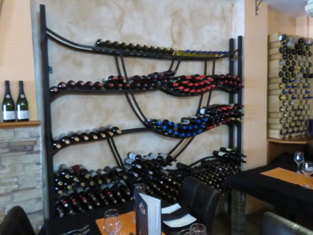 Incluso las botellas de vino actúan como decoración.