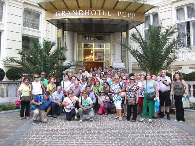 El grupo delante de la puerta del Gradhotel PUPP de Karlovy Vary