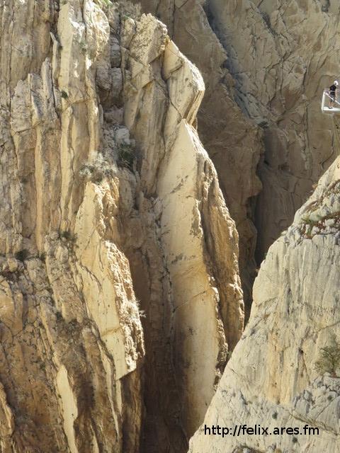 Placas verticales en el desfiladero de los Gaitanes. Arriba a la derecha se ve un balcón del Caminito del Rey.