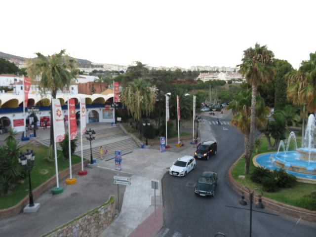 la plaza con fuente donde está la entrada al Teleférico y la entrada al Parque Tívoli.