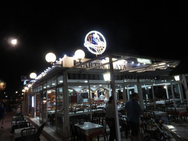 Aspecto nocturno del restaurante Martín Playa.