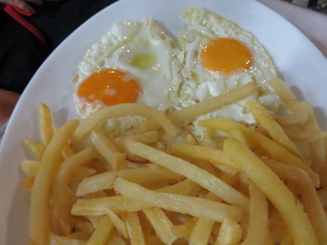 Huevos fritos enn el chiringuito Martín Playa. Fuengirola.