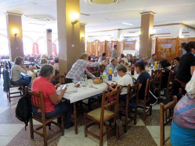 Cuando llegamos las mesas ya están preparadas, con su vino, gaseosa, pan, etc.