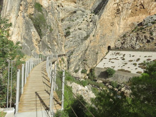 En la ladera este se ven un túnel y las vías del tren.