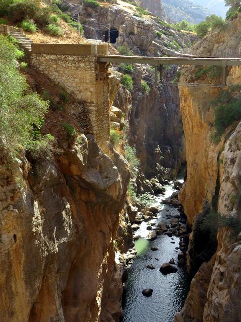 Antiguo puente para cambiar de ladera. Abajo el río Guadalhorce, Arriba, a la izquierda, túnel del tren.