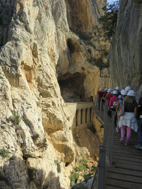 Al fondo, túnel y puente del ferrocárril.