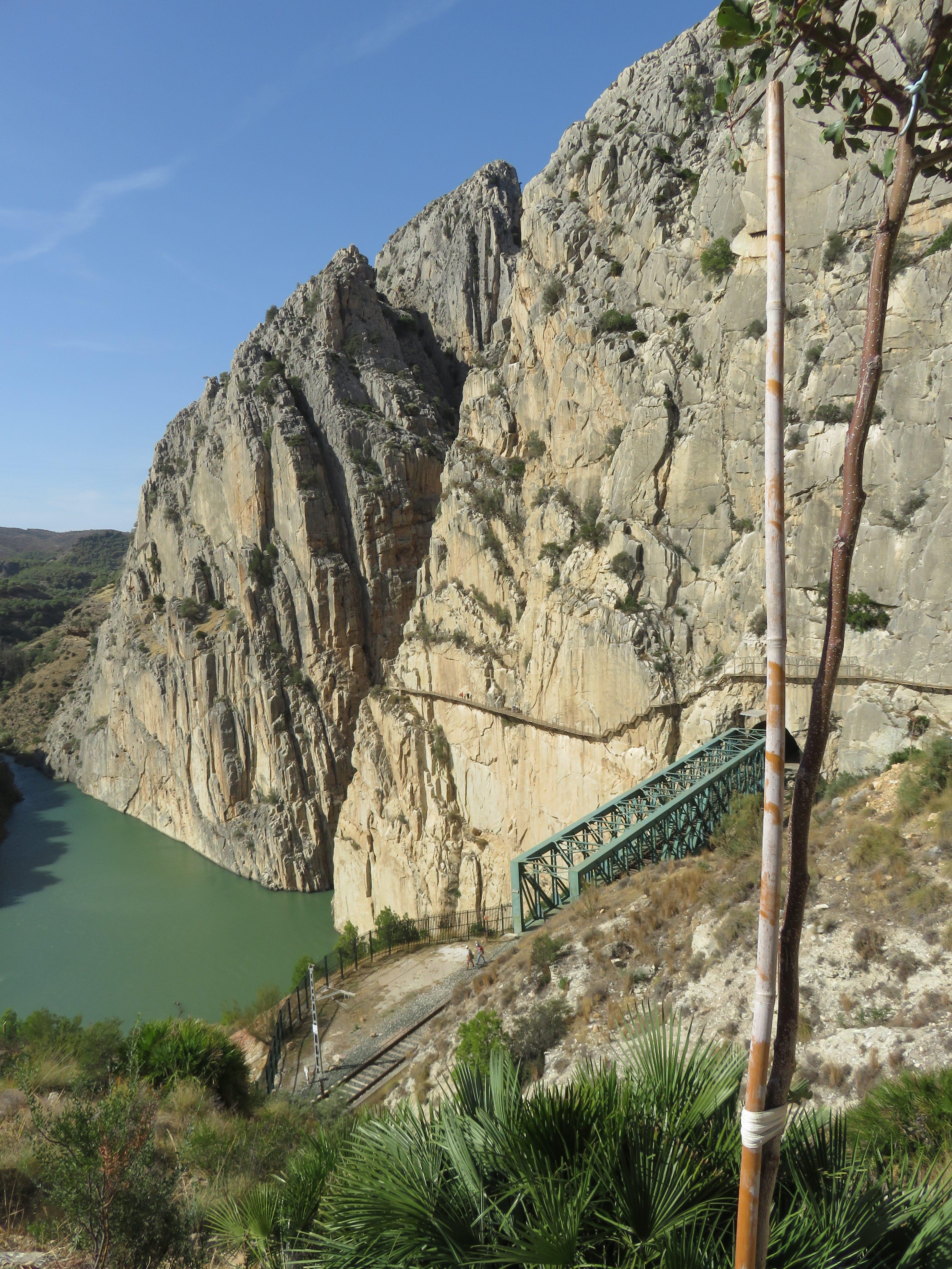 Una vista del camino que hemos recorrido. Lo podemos ver pegado a la pared de piedtra.
