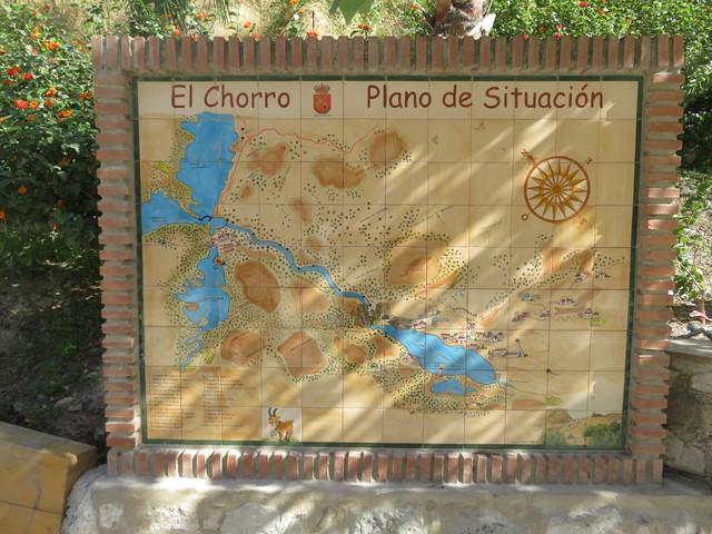 Nuestro autobús nos espera delante de este mapa de sitación de Eñ Chorro