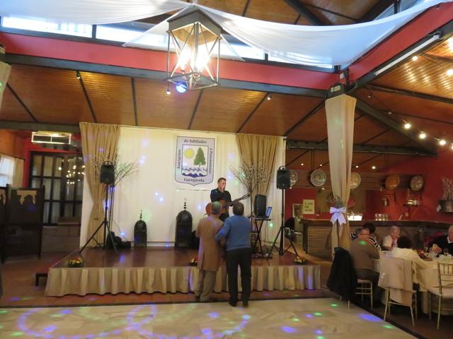 Al escenario sube un cantante.