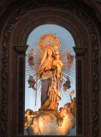 La virgen del Consuelo que preside el altar mayor.