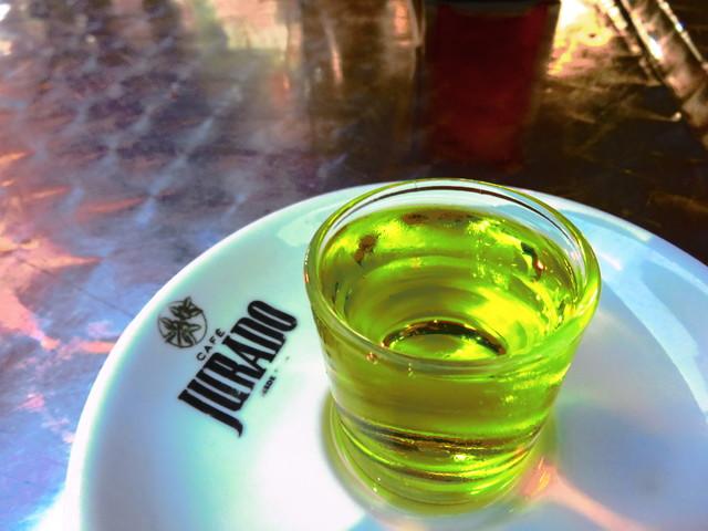 Chupito de orujo de hierbas, 1 €.