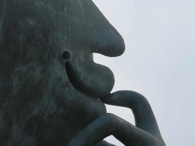 """Un detalle de escultura el adivinador"""" del escultor castellonense Juan Ripollés"""