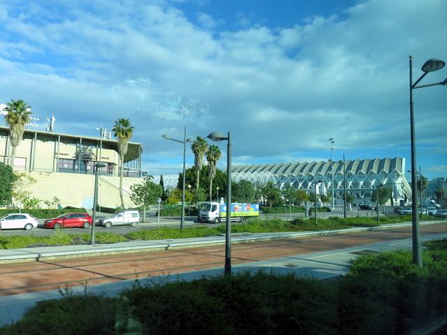 A la derecha el museo de la ciencia.
