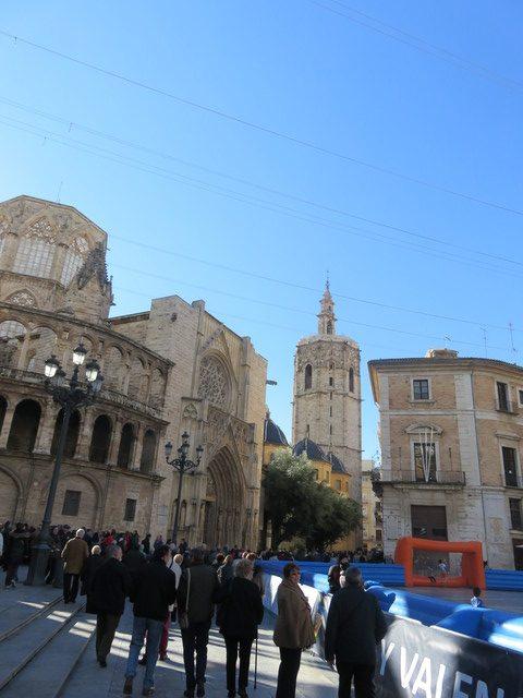 Nuestro grupo, al lado de la catedral, dirigiéndose hacia el Miquelete.